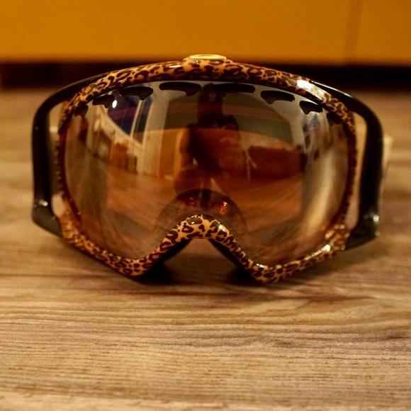 d89dc2e6418 Leopard Oakley Crowbar Ski Goggles. M 5bdfec2da31c33224247eef6. Other  Accessories ...
